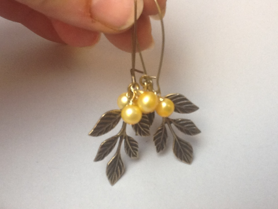 Leaf earrings with pearls